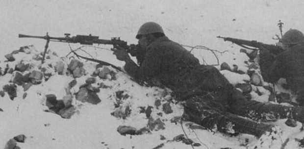 Italian soldiers on the Russian Front, with a Breda M30
