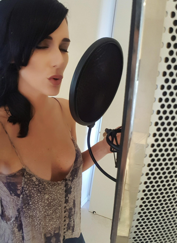 Danae sing